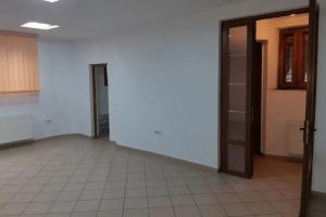 4 camere in vila, decomandat nemobilat, pretabil firma cabinet